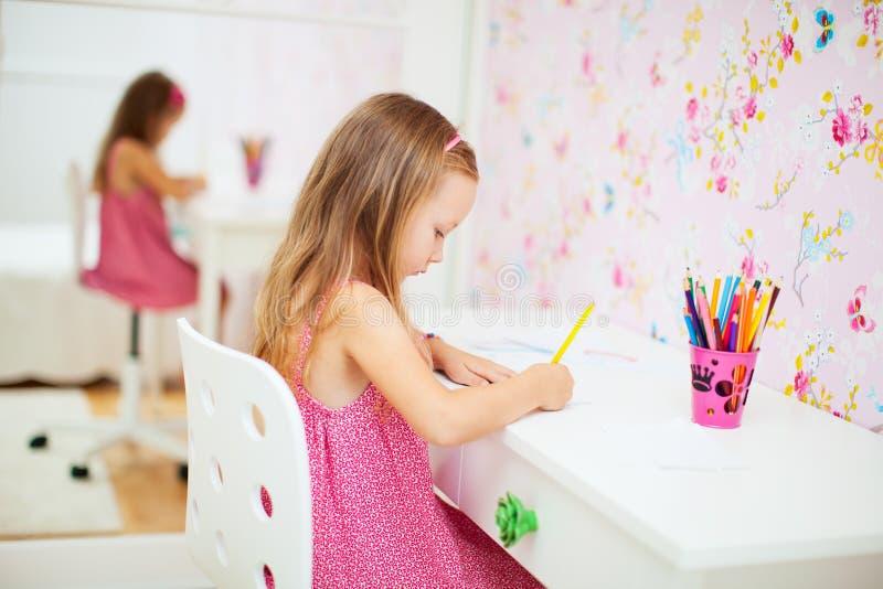 Petite fille dans sa chambre photographie stock