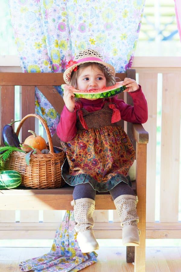Petite fille dans un chapeau de paille photographie stock