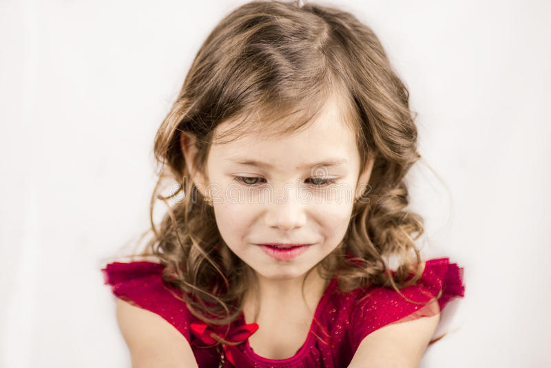 Petite fille dans une anticipation de surprise photographie stock libre de droits