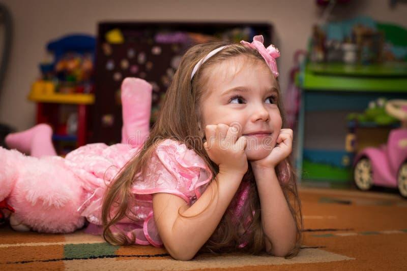 Petite fille dans une belle robe rose photo libre de droits