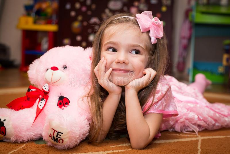 Petite fille dans une belle robe rose images libres de droits