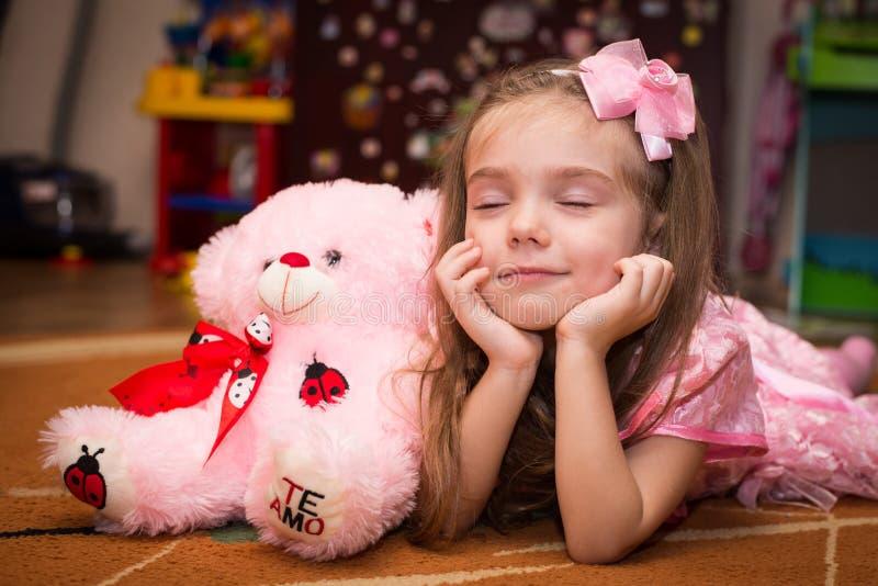 Petite fille dans une belle robe rose photo stock