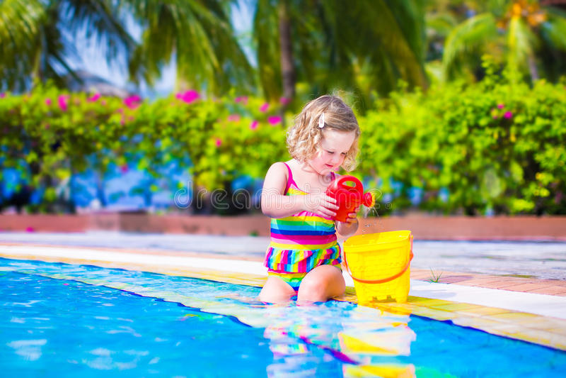 Petite fille dans une piscine photographie stock