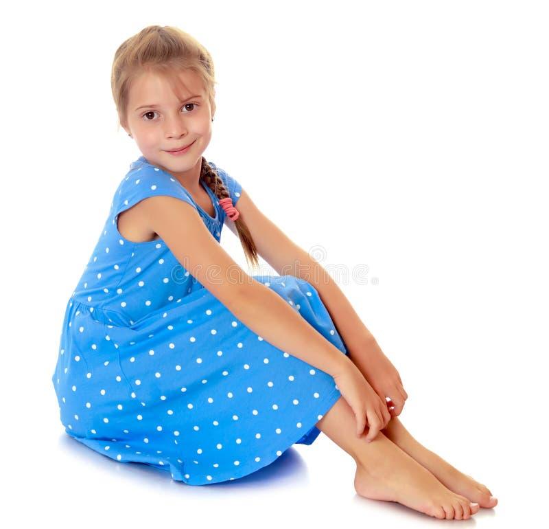 Petite fille dans une robe bleue photos stock