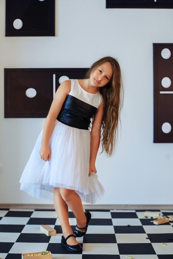 Petite fille dans une robe Le concept de l'enfance photographie stock