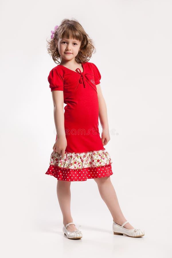 Petite fille dans une robe rouge photographie stock