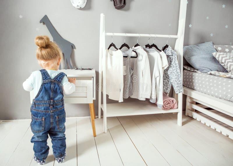 Petite fille dans votre plancher dans sa chambre photo stock