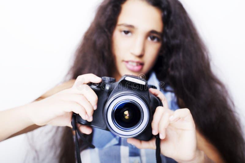 Petite fille de brune mignonne tenant un appareil-photo de photo photos stock