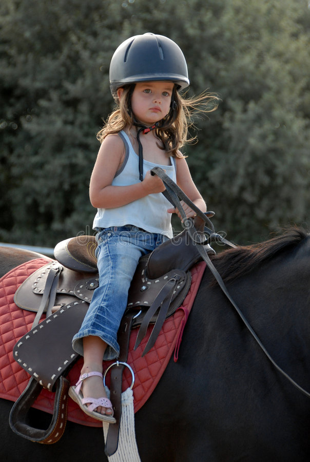 Petite fille de conduite photographie stock libre de droits