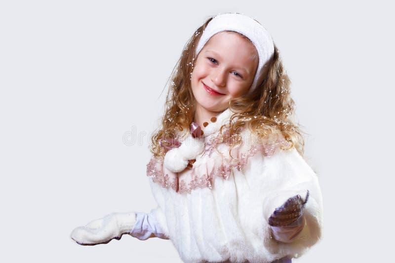 Petite fille de Cuty dans l'usure de l'hiver images stock