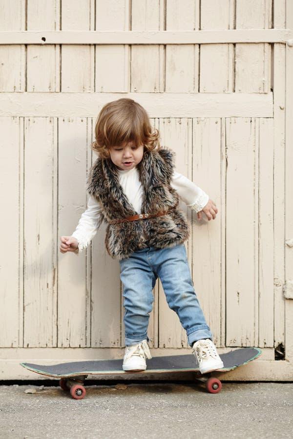 Download Petite Fille De Hippie Avec Le Portrait De Planche à Roulettes Image stock - Image du bonheur, patin: 45351411
