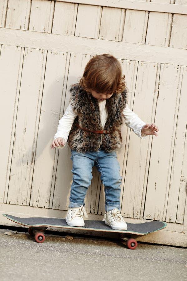 Download Petite Fille De Hippie Avec Le Portrait De Planche à Roulettes Photo stock - Image du lifestyle, enfant: 45351456