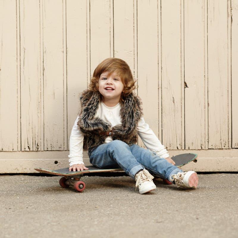 Download Petite Fille De Hippie Avec Le Portrait De Planche à Roulettes Photo stock - Image du beau, hippie: 45351626