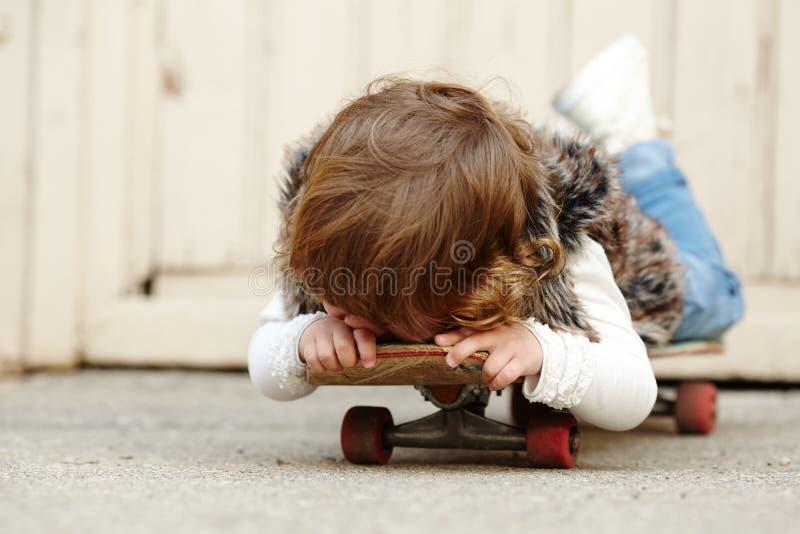 Download Petite Fille De Hippie Avec Le Portrait De Planche à Roulettes Photo stock - Image du people, activité: 45351638
