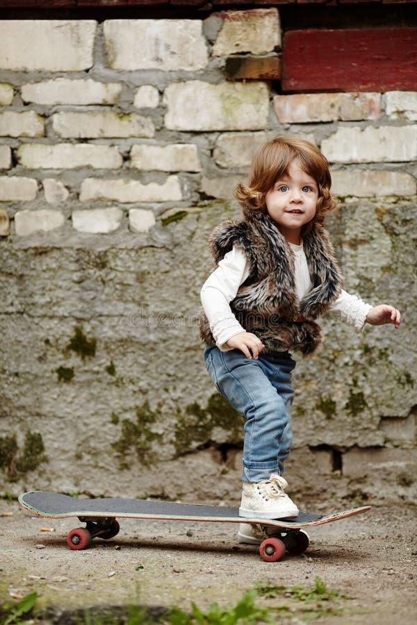 Download Petite Fille De Hippie Avec Le Portrait De Planche à Roulettes Image stock - Image du expression, enfance: 45351781