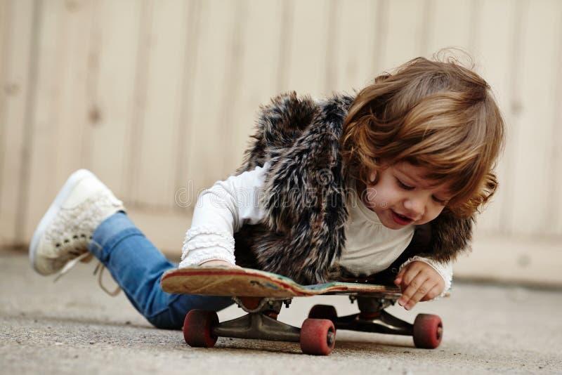 Download Petite Fille De Hippie Avec Le Portrait De Planche à Roulettes Photo stock - Image du ville, extérieur: 45351796