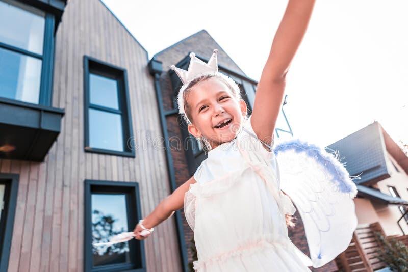 Petite fille de lancement mignonne se sentant simplement étonnante tout en marchant l'extérieur images libres de droits