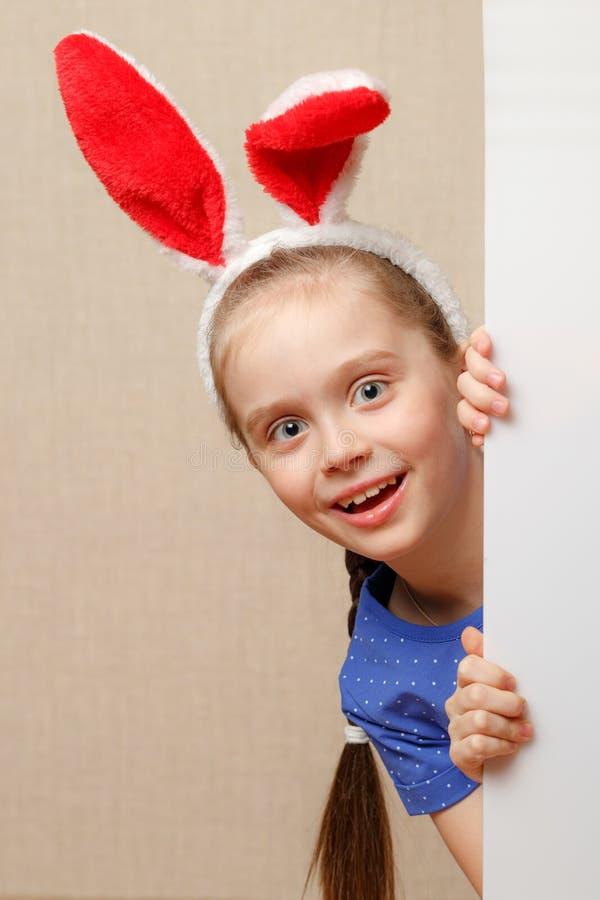 Petite fille de lapin avec la bannière vide Endroit pour le texte ou le thème image stock