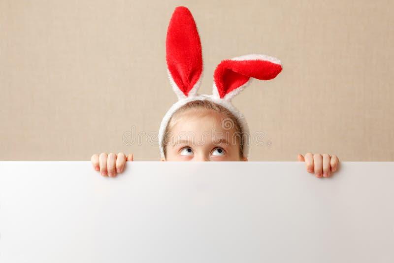 Petite fille de lapin avec la bannière vide Endroit pour le texte ou le thème photos libres de droits