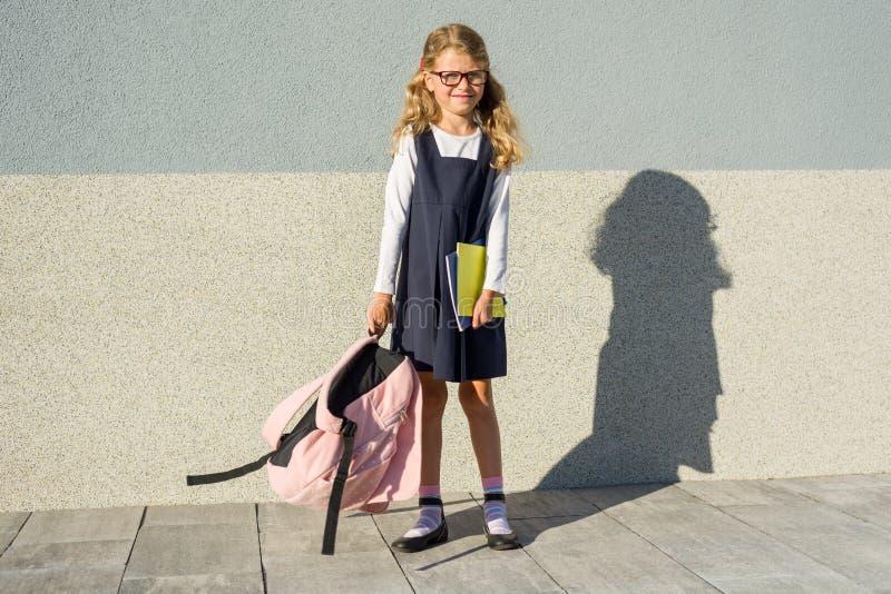 Petite fille de portrait extérieur avec le sac à dos d'école photos libres de droits