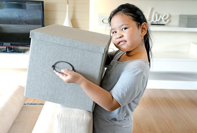 Petite fille de sourire avec la boîte image stock