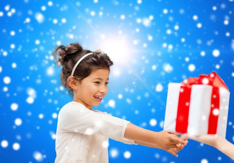 Petite fille de sourire avec la boîte-cadeau images libres de droits