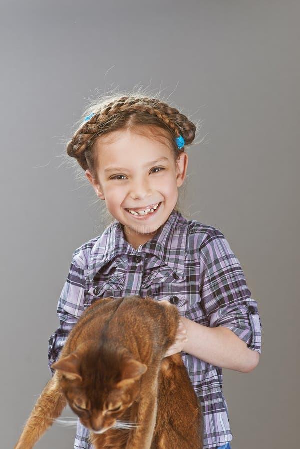 Petite fille de sourire avec le chat photos libres de droits