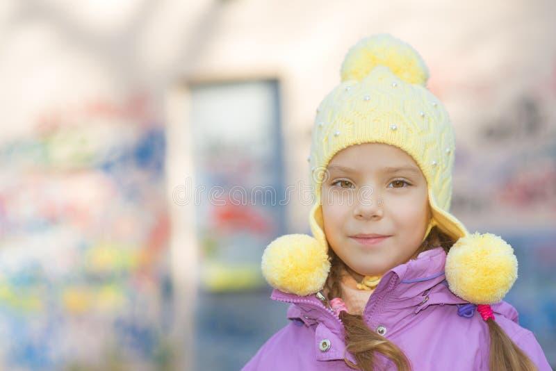 Petite fille de sourire dans le manteau rose photos libres de droits