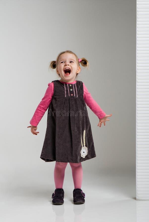 petite fille de sourire dr le posant dans un paysage blanc dans des v tements la mode image. Black Bedroom Furniture Sets. Home Design Ideas
