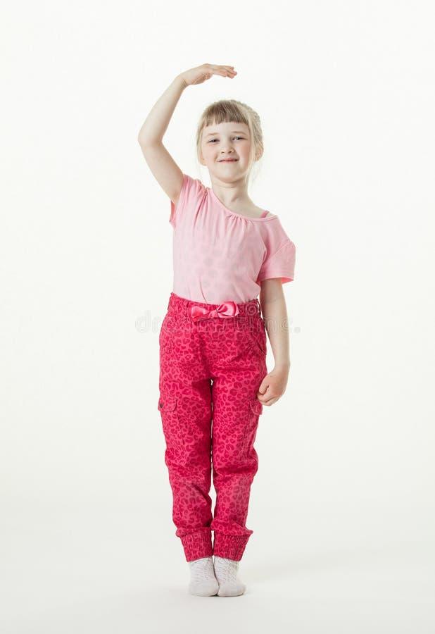 Petite fille de sourire grandissant image libre de droits