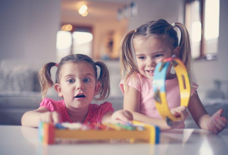 Petite fille deux à l'école de musique image stock