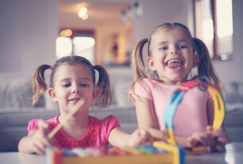 Petite fille deux à l'école de musique photo libre de droits