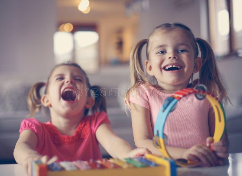 Petite fille deux à l'école de musique Fermez-vous vers le haut de l'image image stock