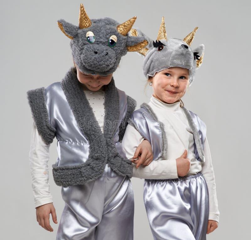 Petite fille deux habillée comme chèvres et vaches images stock
