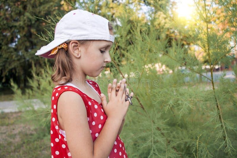 Petite fille disant ses prières photographie stock libre de droits
