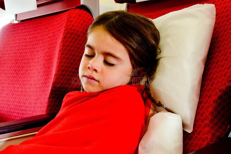 Petite fille dormant dans un avion photo libre de droits
