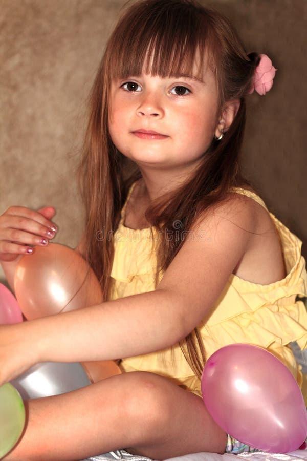 Petite fille douce avec des ballons image stock