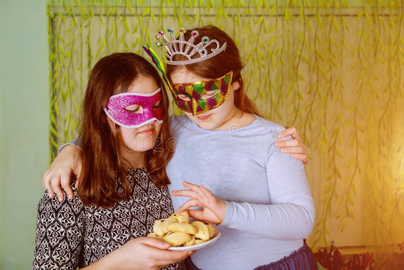 Petite fille drôle avec le masque aux vacances juives Purim d'enfants photographie stock libre de droits