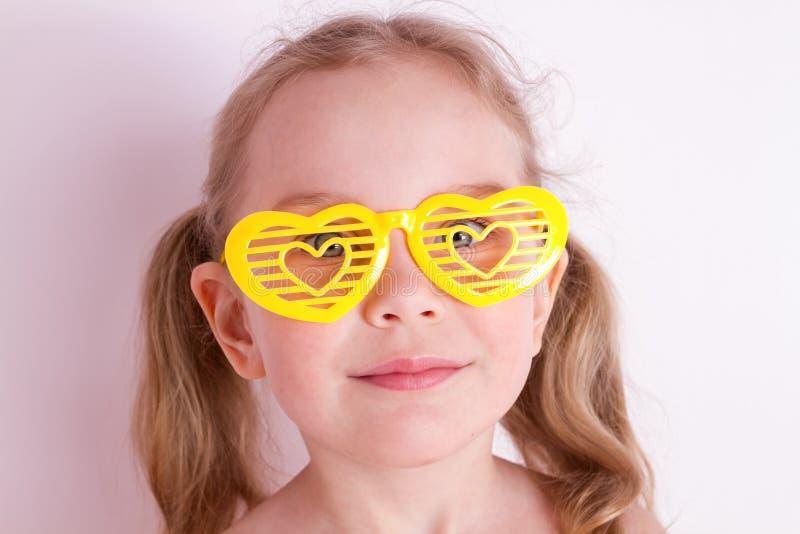 Petite fille drôle avec les verres idiots image libre de droits