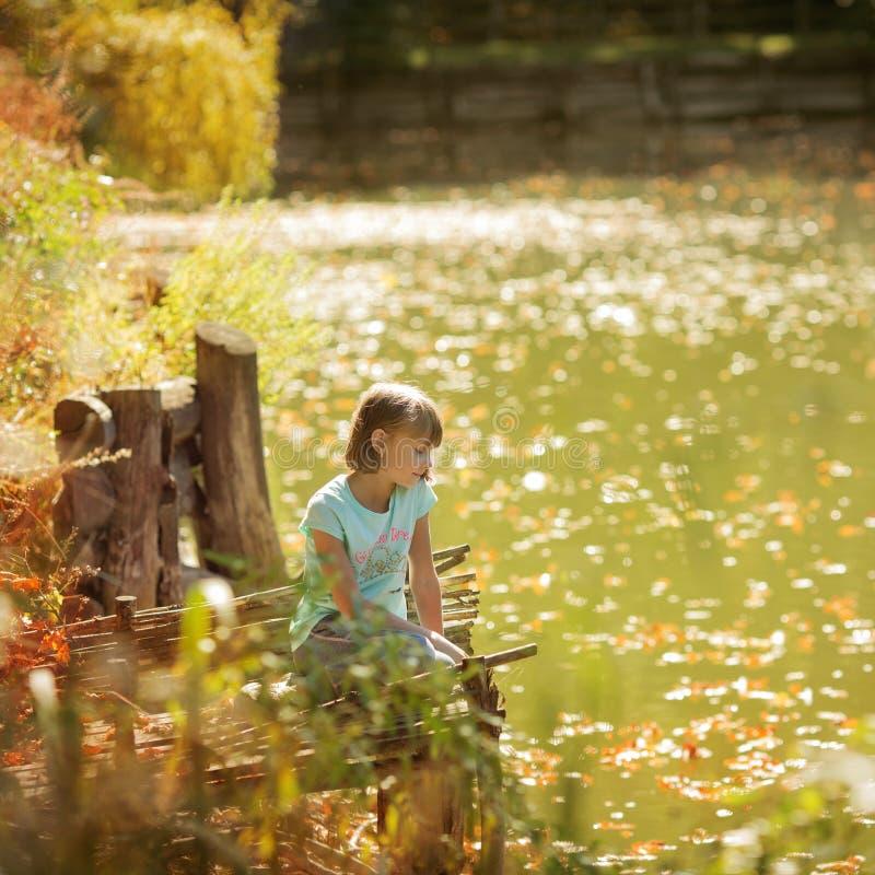 Petite fille drôle avec vers le bas le syndrome du ` s photographie stock libre de droits