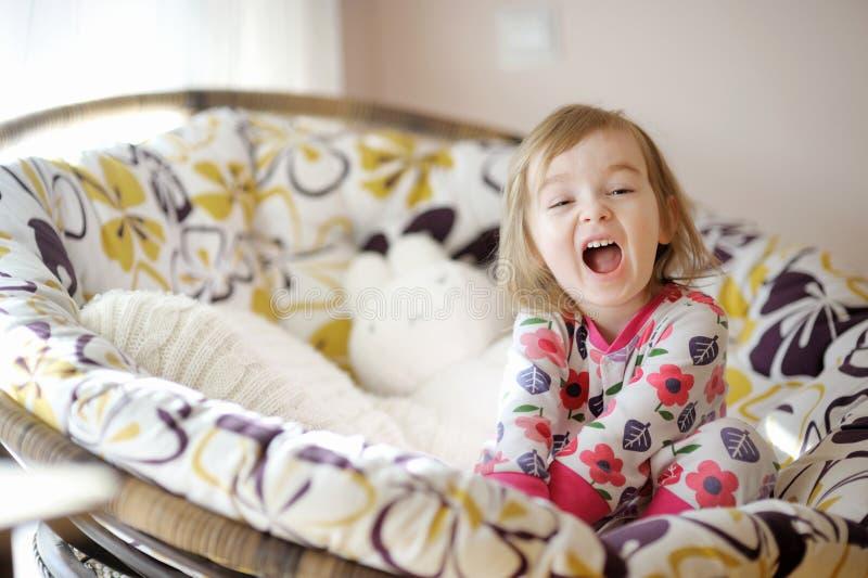 Petite fille drôle dans des pyjamas le matin ensoleillé photos libres de droits