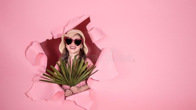 Petite fille drôle en chapeau et verres sur le fond coloré photos libres de droits