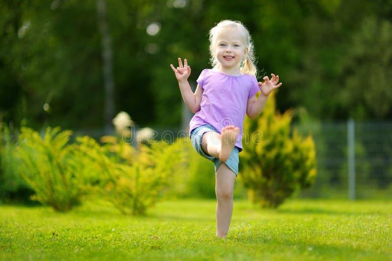 Petite fille drôle ayant l'amusement dehors photo stock