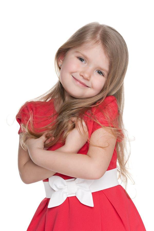 Petite fille drôle dans une robe rouge photos libres de droits
