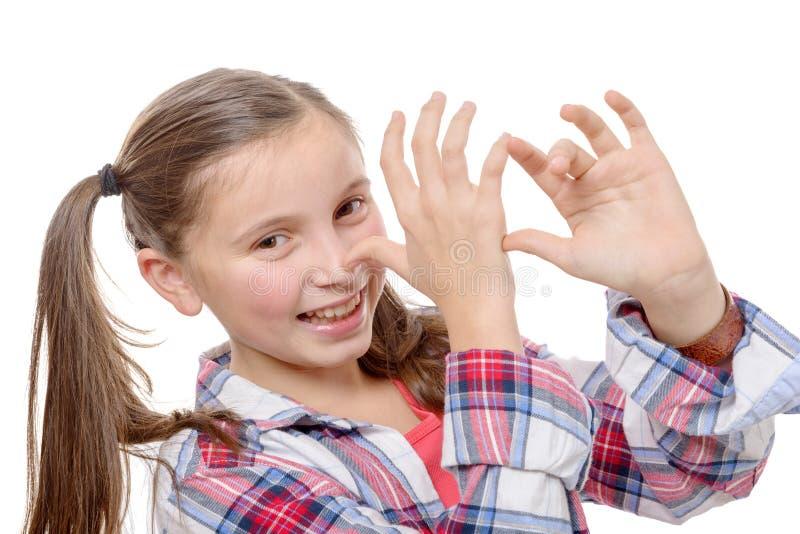 Petite fille drôle effectuant des visages images stock