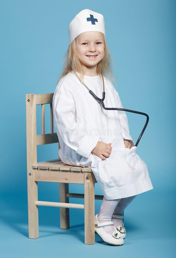 Petite fille drôle jouant l'infirmière photo stock
