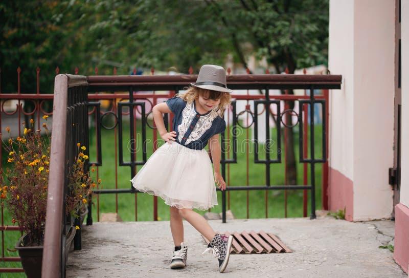 Petite fille drôle posant dehors photos stock