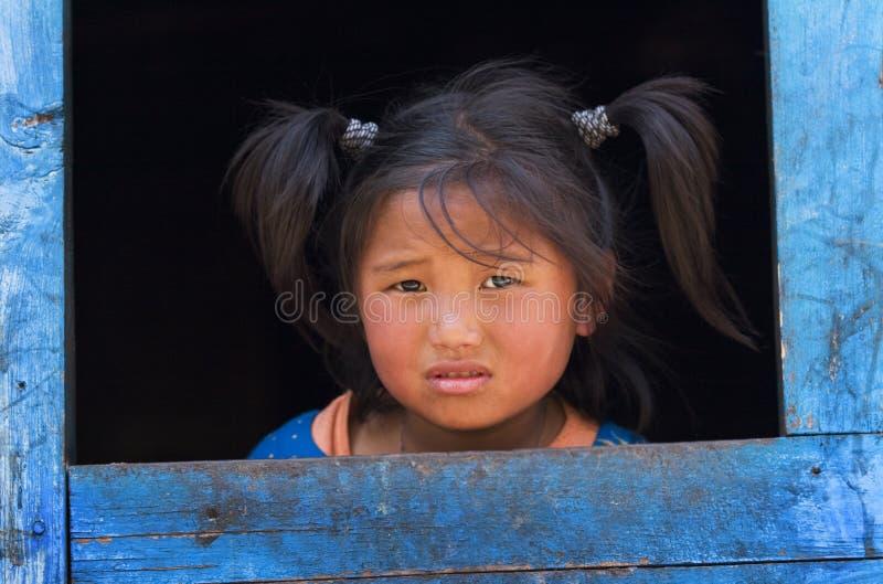 Petite fille du village des réfugiés tibétains photos libres de droits