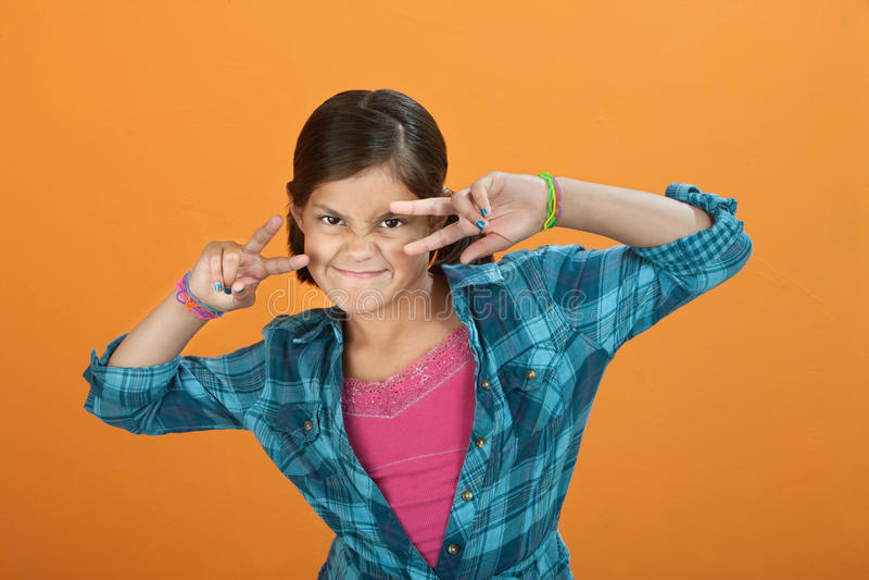 Petite fille effectuant le geste de main image stock
