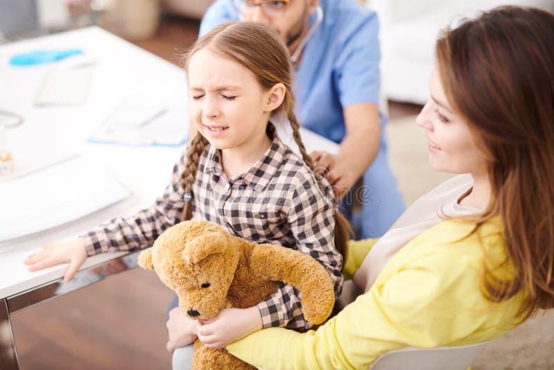 Petite fille effrayée dans le contrôle de santé  photo stock